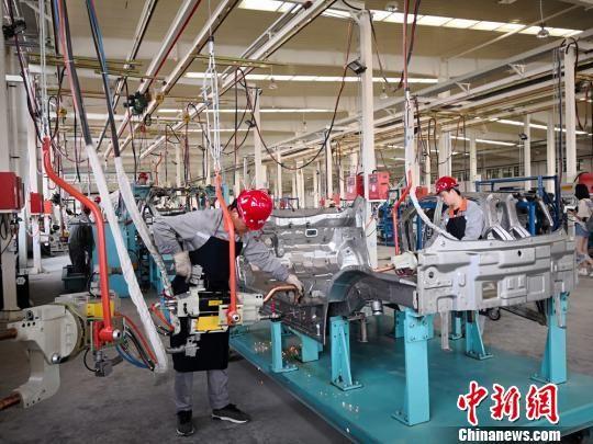 2018年6月14日,兰州亚太新能源汽车有限公司的车间工人正在制造汽车。(资料图) 刘薛梅 摄