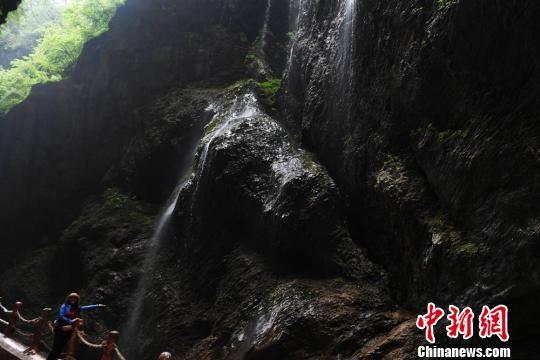 官鹅沟峡谷内河水震耳欲聋,凉风扑面而来,高处悬崖古松掩目,瀑布飞泻直下,溅落在石崖上,随风而起的水雾如梦如幻,显得异常别致和秀美。 杨艳敏 摄
