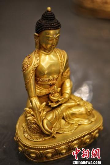 同时,13尊尼泊尔手工青铜佛造像、3件佛教法器、20幅精品传世唐卡也将展出。 钟欣 摄