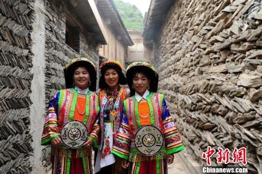 图为身着民族服饰的藏族民众。 李嘉峰 摄
