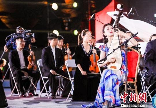 """图为开幕式上举行了""""丝路与长城对话""""大型交响乐演出。 钟欣 摄"""