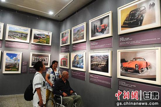 """6月26日,由甘肃省博物馆与美国激扬美术学会合作的""""汽车展览,美国的车文化""""展在兰州启幕。图为展览现场。冯志军 摄"""