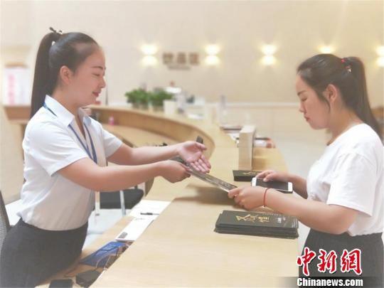 图为中心服务人员为游客提供咨询帮助。 王菲 摄