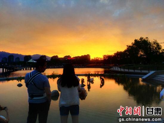 图为游人欣赏湖光天色美景。通讯员 陈兴明 摄