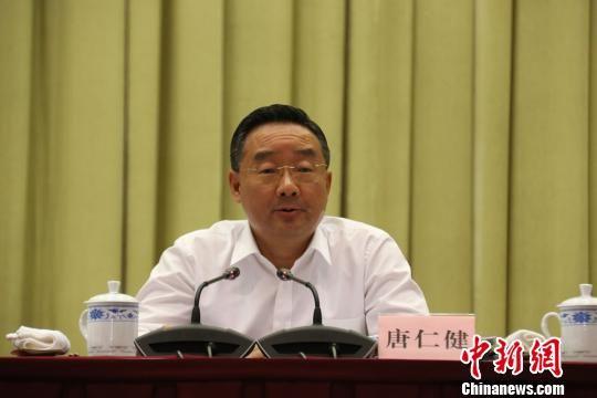 图为送体验机无需申请省长唐仁健讲话。 崔琳 摄
