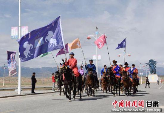 图为牧民骑马参加那达慕大会。