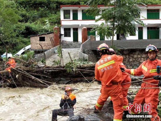 图为消防解救被困民众。钟欣 摄