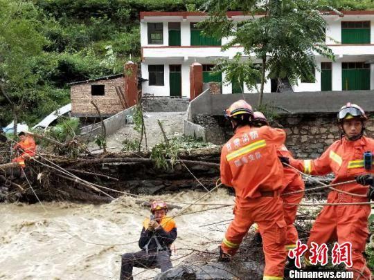图为消防官兵解救被困民众。 钟欣 摄