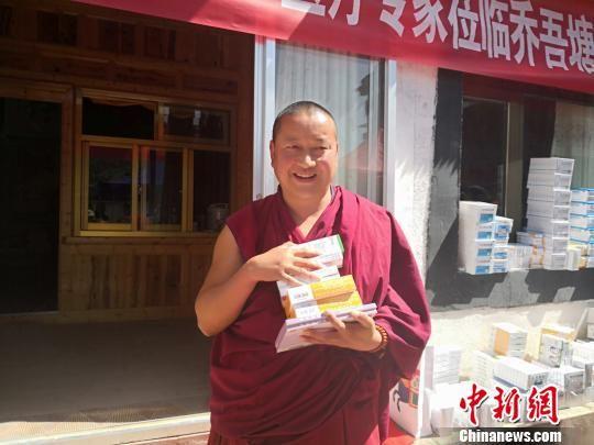 图为经专家诊疗后拿到免费药品的僧人。 南如卓玛 摄