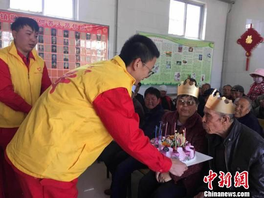 长庆油田采油十一厂在庆阳市西峰区董志敬老院成立青年志愿者服务基地,每逢节假日,志愿者来到敬老院看望照顾孤寡老人。图为青年志愿者在为老人过生日。(资料图) 周沛龙 摄