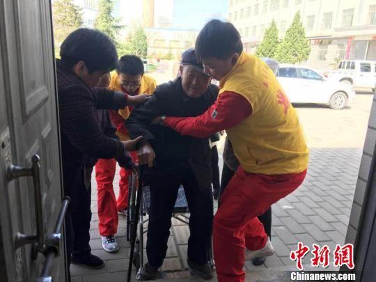 图为长庆油田采油十一厂志愿者在敬老院帮助照顾孤寡老人。(资料图) 周沛龙 摄