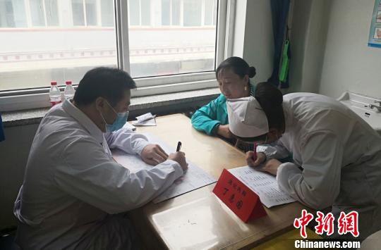 图为专家在甘南州人民医院义诊。南如卓玛 摄