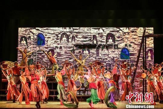 """有着""""可移动的敦煌""""""""中国版《罗密欧与朱丽叶》""""之称的舞剧《大梦敦煌》由兰州歌舞剧院创作演出,该剧以古代敦煌为时空背景,讲述青年画师莫高和少女月牙的动人爱情故事。 兰州演艺集团供图"""