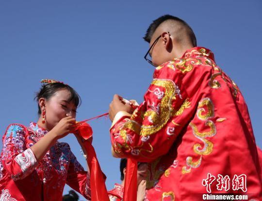 7月12日,来自五湖四海的99对新人齐聚甘肃金昌举行第四届薰衣草中式集体婚礼。 马龙国 摄