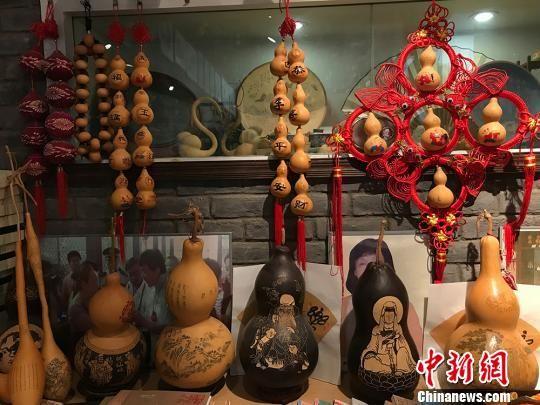 图为置于传习所内的形状各异的刻葫芦。 闫姣 摄