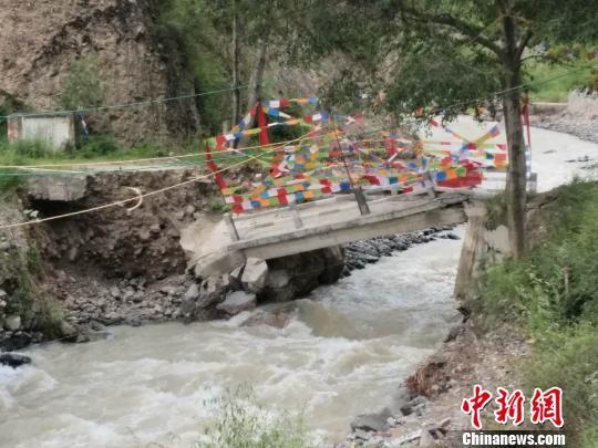 图为舟曲县境内桥梁被毁。 尚金华 摄