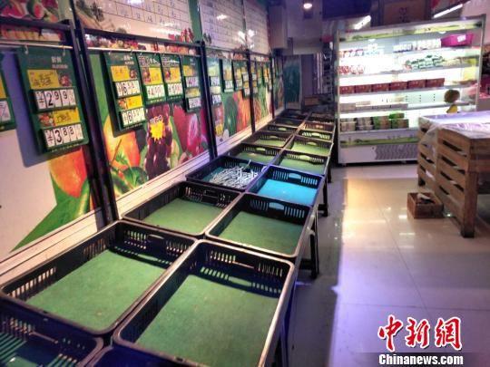 图为舟曲县城超市内,蔬菜紧缺。 尚金华 摄