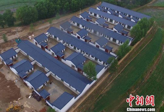 7月中旬,兰州市榆中县韦营乡武家窑村新建的安置点房屋建设接近尾声,将解决16户农户的住房问题。图为航拍新建的住房。 钟欣 摄