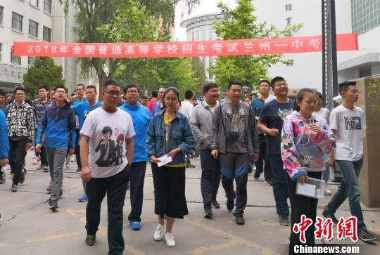 2018年高考期间,送体验机无需申请考生走出考场。(资料图)刘玉桃 摄