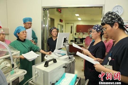 甘肃省妇幼保健院组织新生儿科、超声、影像等多学科专家进行会诊,并成立了专门的救治小组。 田健 摄