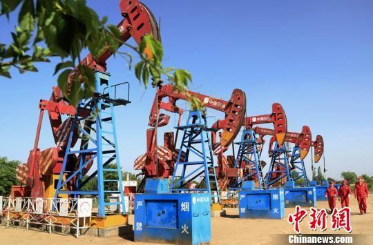 长庆油田采油二厂运行的智能油水井系统减轻了操作员工的劳动强度。图为员工在中控室指令下,对采油设备进行精准定位、及时整改。 杨军平 摄