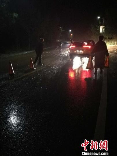 图为暴雨中道路积水。 钟欣 摄