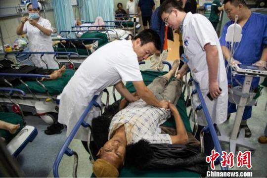 图为接受治疗的东乡县暴洪灾害受伤人员。 钟欣 摄