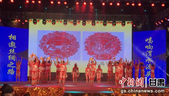 7月17日,首届渭水文化旅游节举行。图为开幕式节目。 艾庆龙 摄