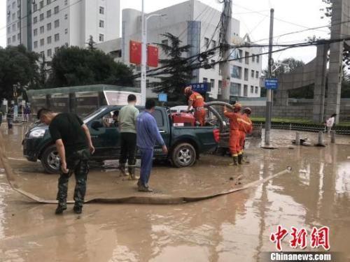 7月20日,受强降水影响,兰州部分地区内涝严重。图为消防官兵开展排洪救援。 王冰 摄