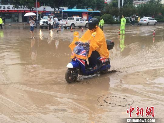 图为受持续降水影响,兰州民众出行受阻。 张婧 摄