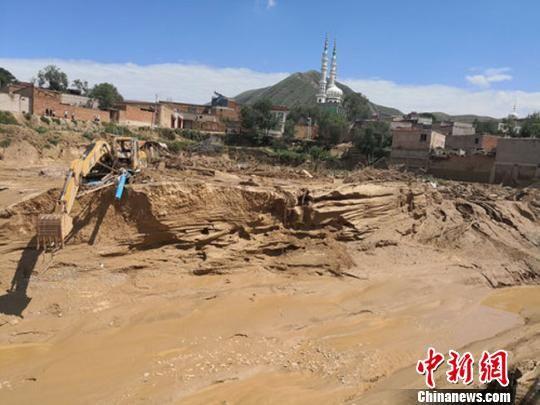 7月19日,甘肃东乡县达板镇崔家村抢险救援现场。杨艳敏 摄