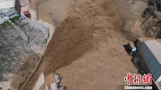 图为泄水排沙。 王忠 摄
