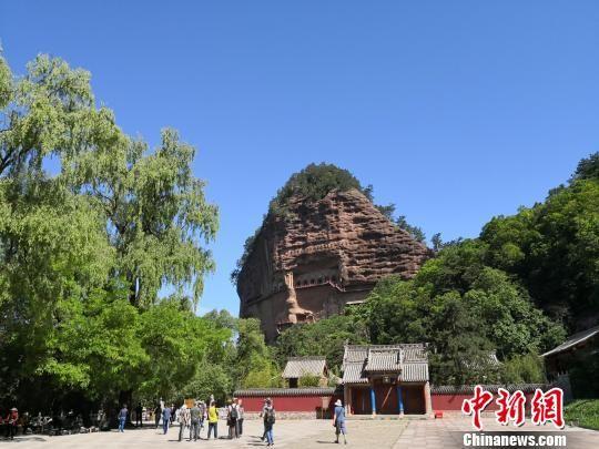 图为世界文化遗产麦积山石窟远景,它是中国四大石窟之一。 殷春永 摄