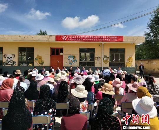 图为启动仪式现场为180名留守妇女开展免付费健康知识讲座。 崔琳 摄