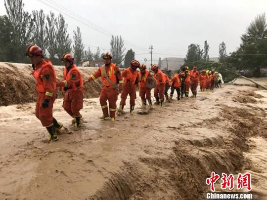 7月22日晚,兰州市多地突降大雨,局地暴雨,引发皋兰县水阜镇部分区域发生暴雨洪涝灾害。图为消防人员参加抢险救援。兰州消防供图