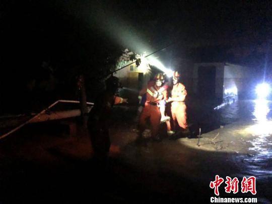 图为消防人员在皋兰县深夜救援。兰州消防供图