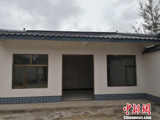 图为韦营乡武家窑村新建的安置点房屋,骆占海一家将搬至新屋生活。 杨娜 摄