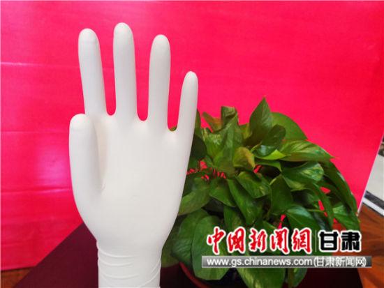 图为水性聚氨酯外科手套。史静静 摄