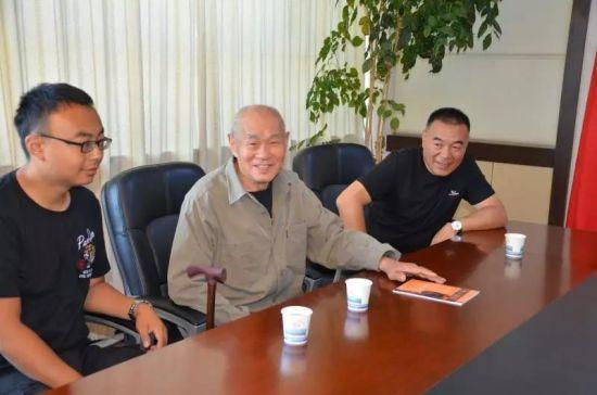 税务干部与汪老及其子女一同参加座谈会。