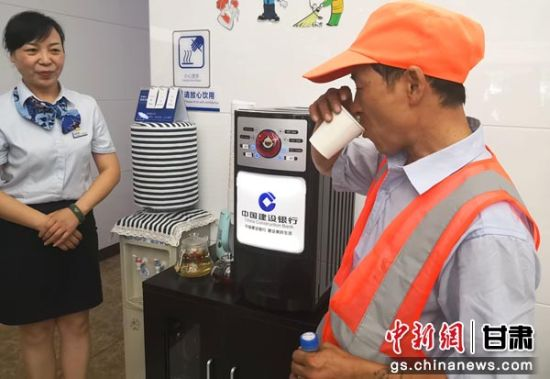 """图为环卫工人在""""劳动者港湾""""站点喝茶休息。刘玉桃 摄"""