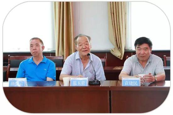 范玉贵老人在会上发言。