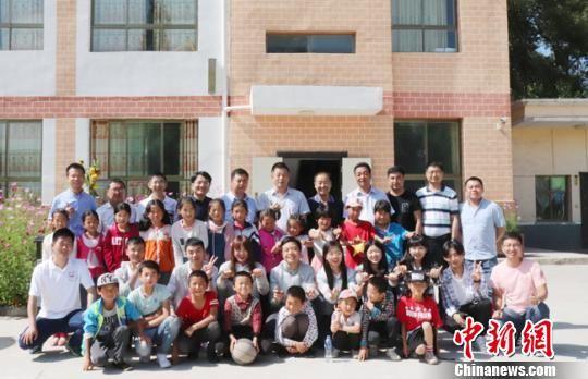 图为华侨大学相关人员走访当地中小学。 邓苏青 摄