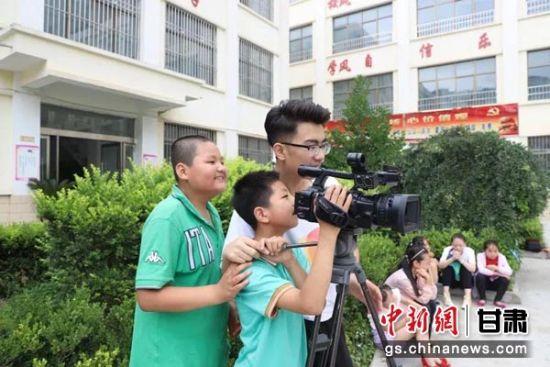 摄像课教孩子们拍摄。