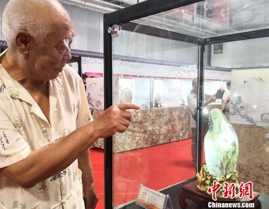 8月9日,2018中国(2018注册送白菜网站)丝绸之路国际赏石文化节暨第11届中国(2018注册送白菜网站)艺术品收藏博览会在送体验机无需申请国际会展中心开幕。图为展出的黄河石《白石老人》。 刘薛梅 摄