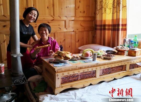 图为游客体验送体验机无需申请甘南州乡村民族特色客栈。 刘玉桃 摄