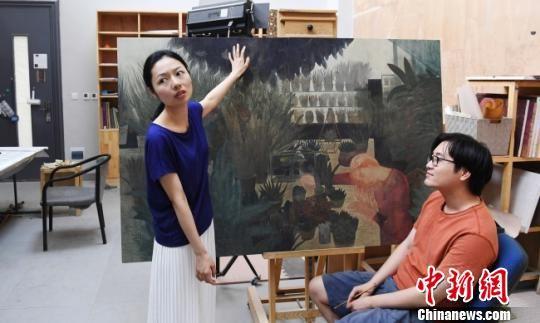 """上班期间,窦伟和飨场悦子偶尔在画室就绘画技巧""""切磋""""一番。图为飨场悦子就丈夫的画给出意见。 杨艳敏 摄"""