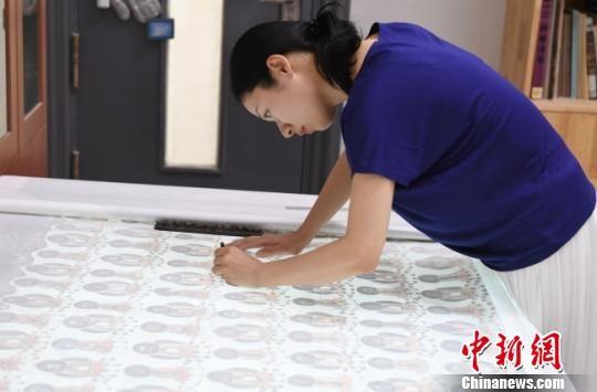 图为日本年轻画家飨场悦子正在画室临摹莫高窟壁画。 杨艳敏 摄