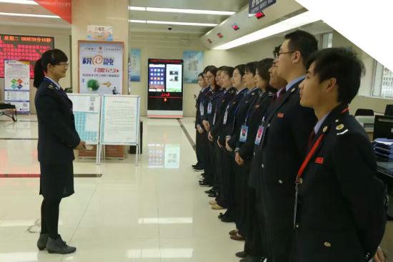 龙国荣带领办税厅人员利用晨课学习业务。