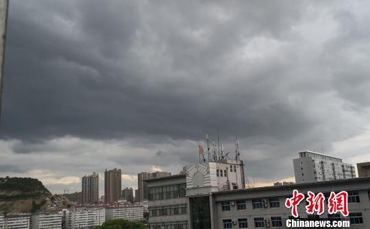 图为兰州市上空黑云压成。 杜萍 摄