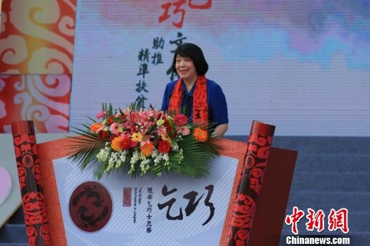 作家毕淑敏出席第十届陇南乞巧女儿节。 殷春永 摄